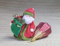 Avó Frost com o brinquedo para a árvore de abeto Fotografia de Stock Royalty Free