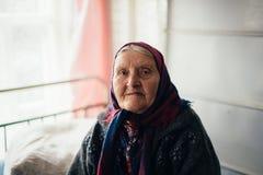 A avó idosa em casa na vila do russo Fotografia de Stock
