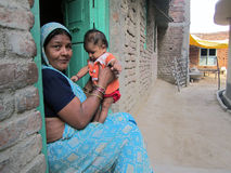 Avó indiana que joga com seu neto na vila Fotografia de Stock