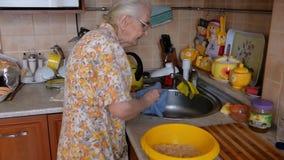 A avó limpa sua faca vídeos de arquivo