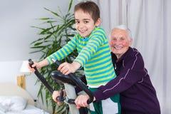 A avó mostra um bom exemplo Imagens de Stock Royalty Free