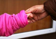 A avó prende a neta para uma mão Fotografia de Stock Royalty Free