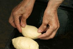 A avó prepara tortas Imagem de Stock Royalty Free