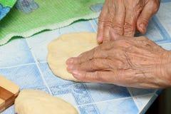 A avó prepara tortas Fotos de Stock Royalty Free