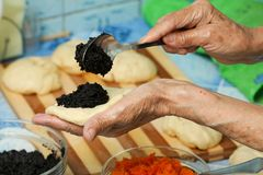 A avó prepara tortas Imagens de Stock Royalty Free