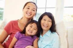 Avó que joga em Sofa With Granddaughter And Daughter Imagem de Stock Royalty Free