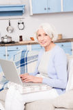 Avó que usa o laptop imagens de stock royalty free