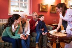 Avós da visita da família no lar de idosos Fotos de Stock Royalty Free