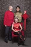 Avós e neto do retrato na roupa do chinês tradicional com nó amarrado imagens de stock
