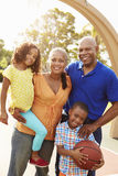 Avós e netos que jogam o basquetebol junto Imagens de Stock