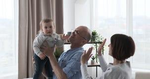 Avós que jogam com neta do bebê