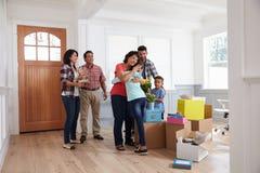 Avós que visitam a família latino-americano na casa nova Fotografia de Stock Royalty Free