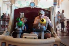 Avô e criança no parque de diversões do passeio do carnaval foto de stock royalty free