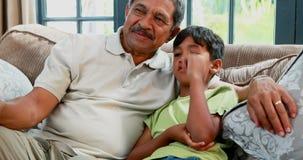 Avô e neto que interagem no sofá 4k filme