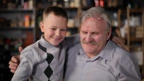 Avô feliz com seu neto vídeos de arquivo