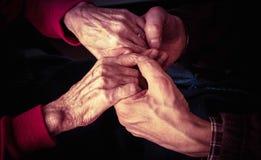 Av äldre kvinnahänder Arkivbild
