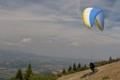 av att ta för paraglider Arkivbilder