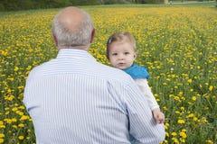 Avô com neta, fora fotografia de stock royalty free