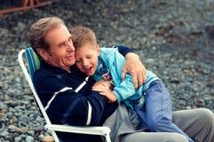 Avô com o neto na praia Foto de Stock