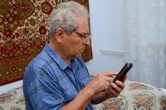 Avô com o telefone imagem de stock royalty free