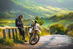 Av cyklist för vägmotocrossspår vila solnedgångbygd Royaltyfria Foton