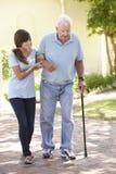 Avô de ajuda da neta adolescente para fora na caminhada Fotografia de Stock