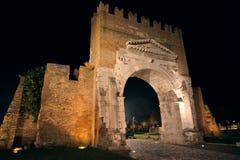 Av den Augustus bågen i Rimini på natten Arkivfoton