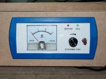 Av den blåa amperemetern på en wood bakgrund Arkivfoto
