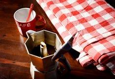 Av den rutiga servetten på trätabellen med den röda kaffekoppen Royaltyfri Bild