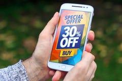 30% av den Sale rabatten som annonserar på skärmen av mobiltelefonen royaltyfri foto