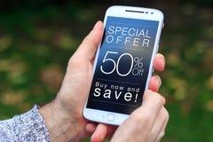 50% av den Sale rabatten som annonserar på skärmen av mobiltelefonen royaltyfria bilder