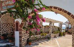 By av den traditionella grekiska tavernaen på den Santorini ön Royaltyfri Fotografi