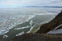 Is av det arktiska havet av kusten av Chukotka royaltyfria bilder