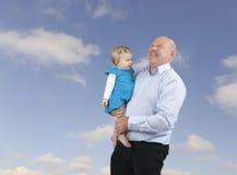 Avô e neta, céu azul com nuvens Foto de Stock