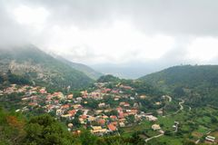 By av Eglouvi i bergen av den grekiska ön Fotografering för Bildbyråer