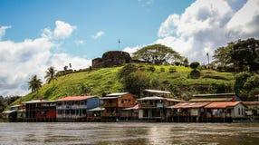 By av El Castillo, Rio San Juan, Nicaragua Arkivfoton