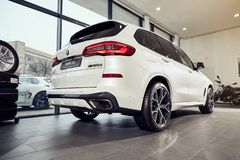 08 av Fabruary, 2018 - Vinnitsa, Ukraina Ny BMW X5 bilpresentation i visningslokal - baksidasikt royaltyfria bilder