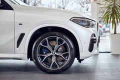 08 av Fabruary, 2018 - Vinnitsa, Ukraina Ny BMW X5 bilpresentation i visningslokal - sidosikt royaltyfri fotografi