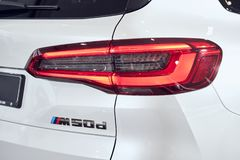 08 av Fabruary, 2018 - Vinnitsa, Ukraina Ny BMW X5 bilpresentation i visningslokalen - bakre billykta arkivbild