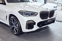 08 av Fabruary, 2018 - Vinnitsa, Ukraina Ny BMW X5 bilpresentation i visningslokalen - främre sida arkivfoton