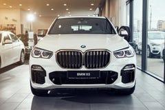 08 av Fabruary, 2018 - Vinnitsa, Ukraina Ny BMW X5 bilpresentation i visningslokalen - främre sida royaltyfria bilder