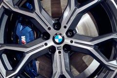 08 av Fabruary, 2018 - Vinnitsa, Ukraina Ny BMW X5 bilpresentation i visningslokalen - hjul royaltyfri fotografi