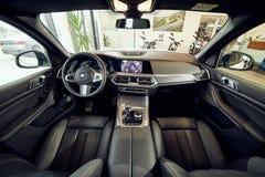 08 av Fabruary, 2018 - Vinnitsa, Ukraina Ny BMW X5 bilpresentation i visningslokalen - inre inom kabinen royaltyfri bild