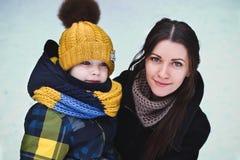Av familjen på vinter Fotografering för Bildbyråer