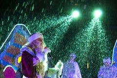 Avô Frost nos raios de dispositivos bondes claros Pyatigorsk, Rus Imagem de Stock Royalty Free