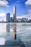 Is av Han River och cityscape i vintern, Seoul i Korea royaltyfri fotografi