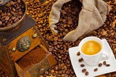 Av kaffe. kaffebönor och kaffegrinder Royaltyfri Fotografi