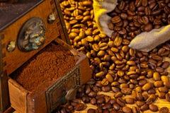 Av kaffe. kaffebönor och kaffegrinder Arkivfoto