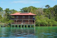 Av karibiskt hus för raster över drivit sol- för vatten Royaltyfri Bild