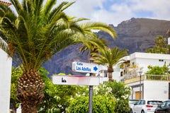 10 av Maj 2018 - Tenerife, Spanien Cityscapesikt av Los Gigantes Royaltyfria Bilder